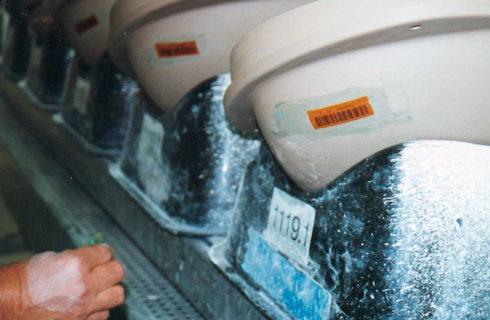 Barcodeetiketten für Sanitärkeramik, beim trocknen