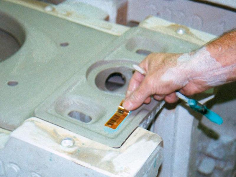 Barcodeetiketten für Sanitärkeramik, aufbringen von Hand