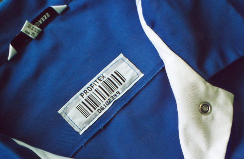 Barcodeetikette auf blauer Berufsschürze
